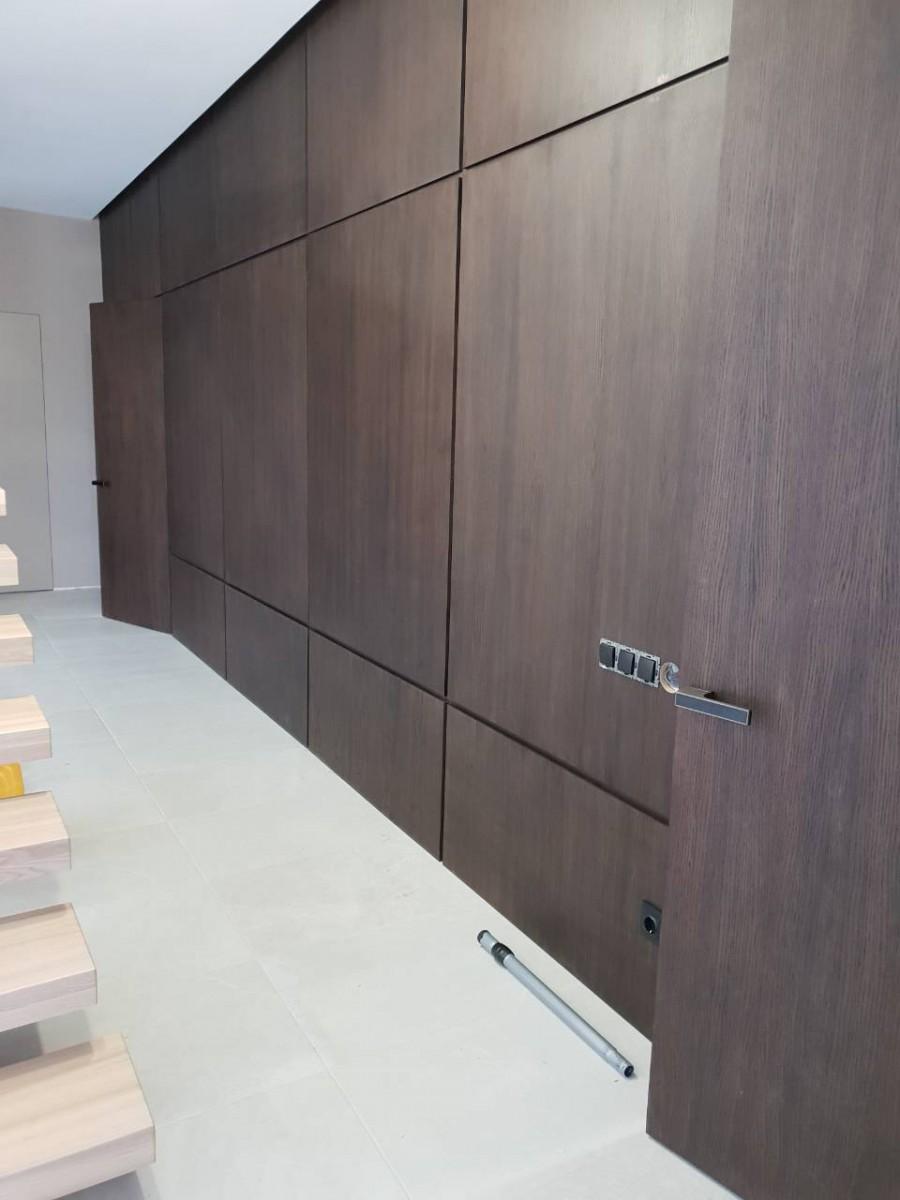 Оформление стены с дверями скрытого монтажа